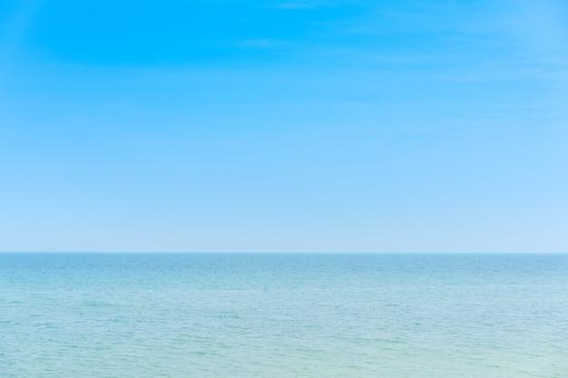 青い熱帯の海と空の背景