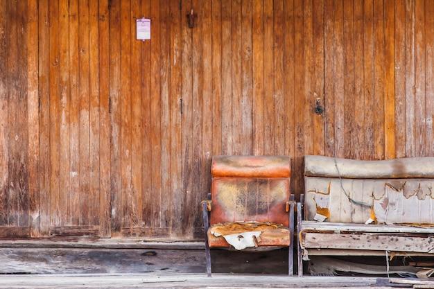 Старая деревянная стена и диван