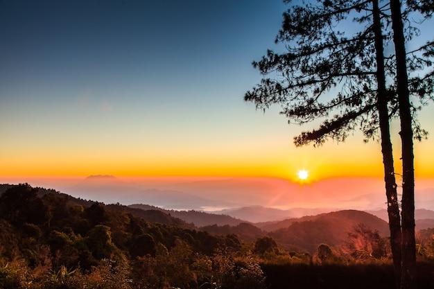 山と朝の霧と美しい日の出