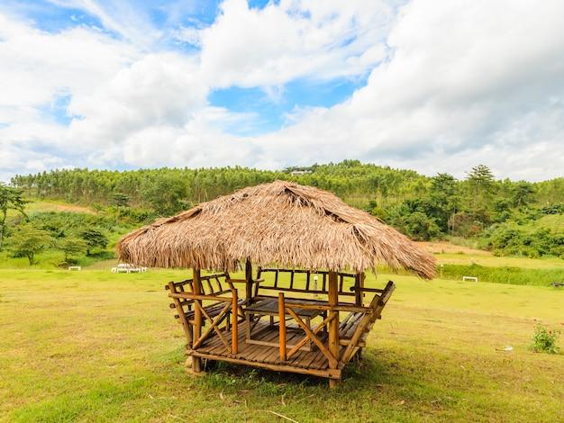 庭と青い空の農家小屋