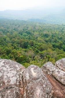 古代の岩石の山の風景