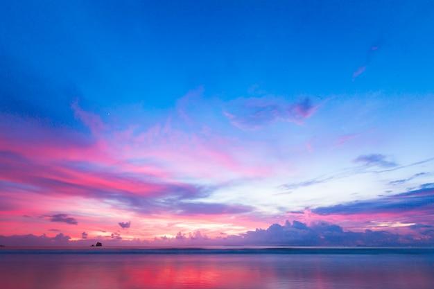 熱帯の海とビーチの美しい夕焼け空