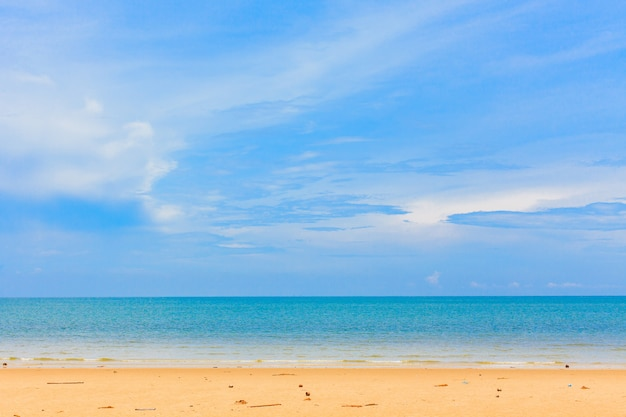 美しい砂浜と青い空