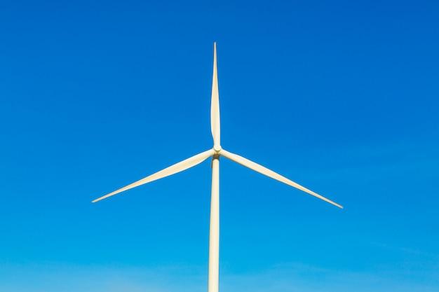青い空に風力タービン発電機。