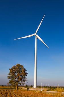 グリーンエネルギー、青い空に風力タービン発電機