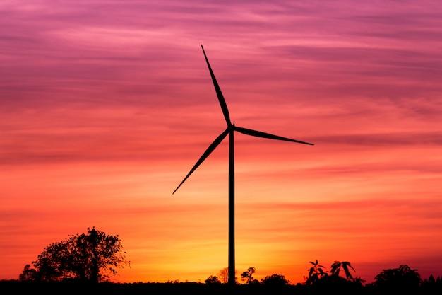 夕焼け空にシルエット風力タービン発電機