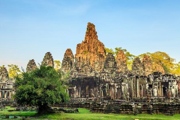 Лицо байонского замка в ангкор тхом. камбоджа