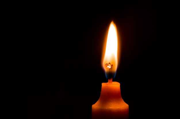 Свеча светящаяся крупным планом