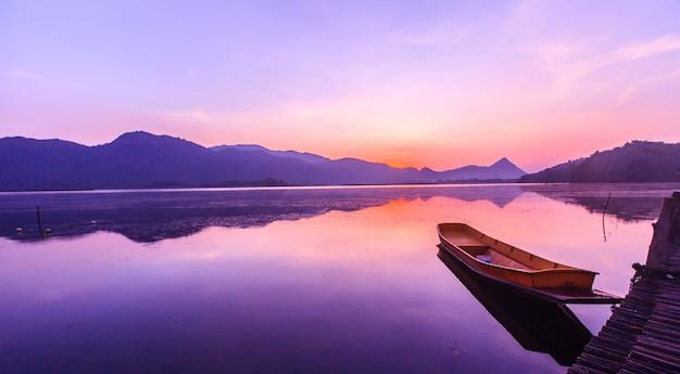 湖と夕暮れの日の出の空と山