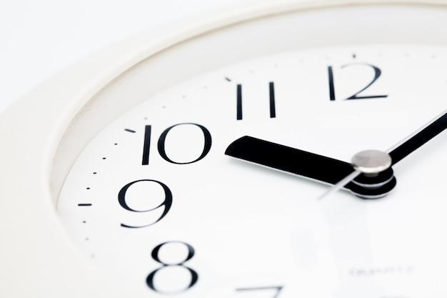 Белые часы крупным планом