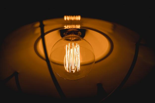 レトロなエジソン電球の装飾をクローズアップ