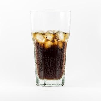 白のグラスに氷とコーラ