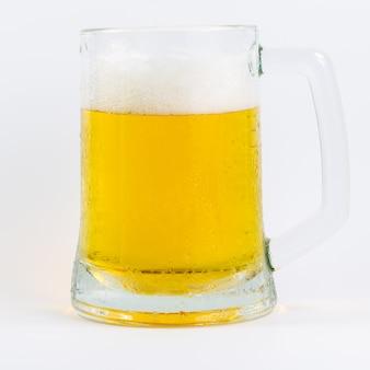 Изолированная кружка пива на белом фоне