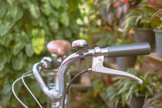 自転車のハンドルバーをクローズアップ。レトロフィルター