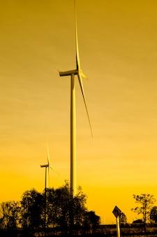 夕焼け空と風力タービン発電機