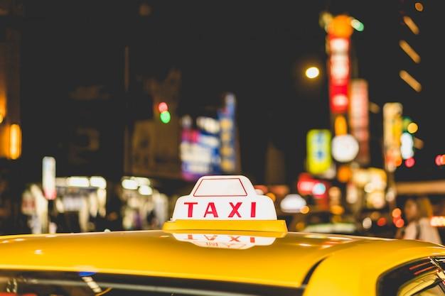 街の夜のタクシーをクローズアップ
