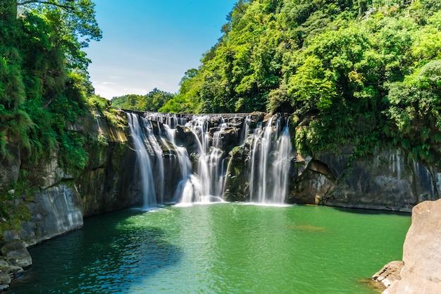 深い森の美しい滝。