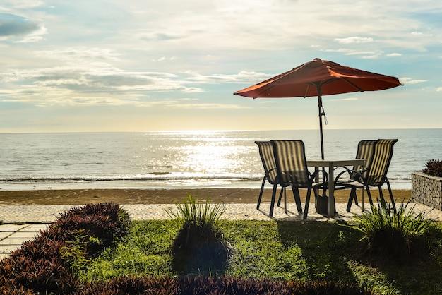ビーチでの椅子とテーブル