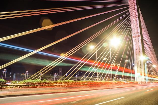 ライトが付いている夜の橋