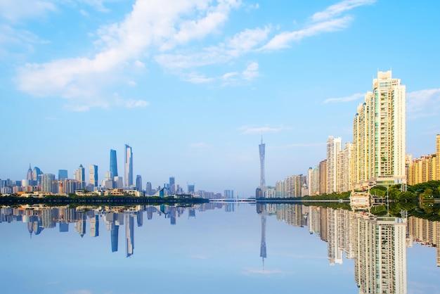市と川の反射