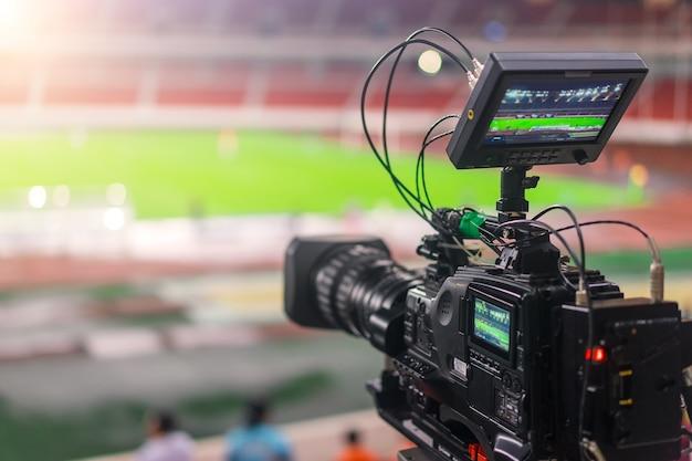 サッカーの試合を記録するビデオカメラ