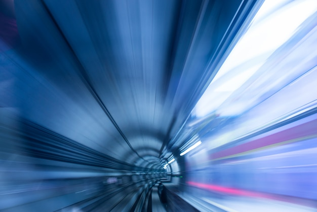 ぼやけた光と地下鉄のトンネル