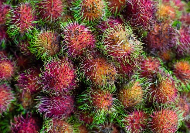Рамбутан. сладкие экзотические тропические фрукты. фрукты. азия, вьетнам, продовольственный рынок.