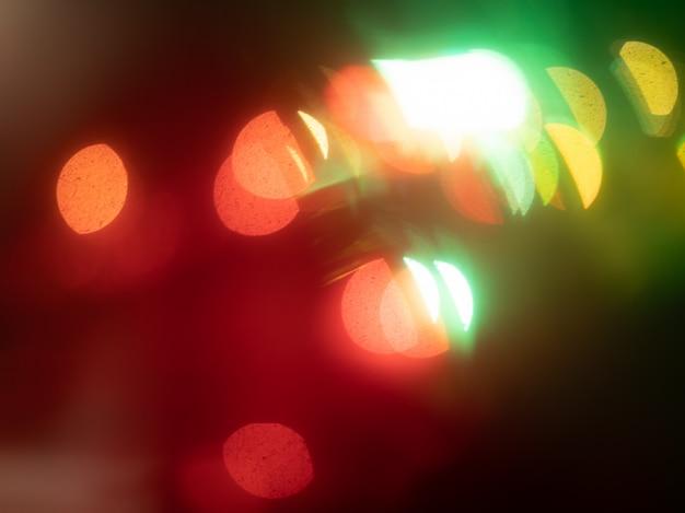 抽象的な赤、黄、緑、白のライト