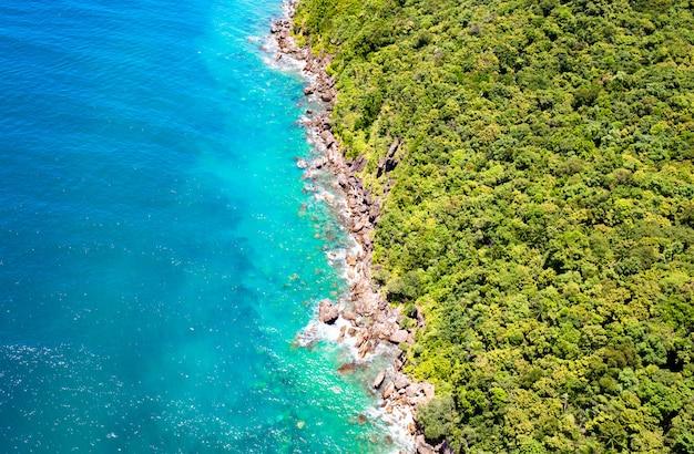 青い澄んだ水と花崗岩の石で美しい熱帯の島。上面図。