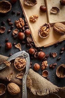 石のテーブルに様々なナッツ。コピースペース平面図