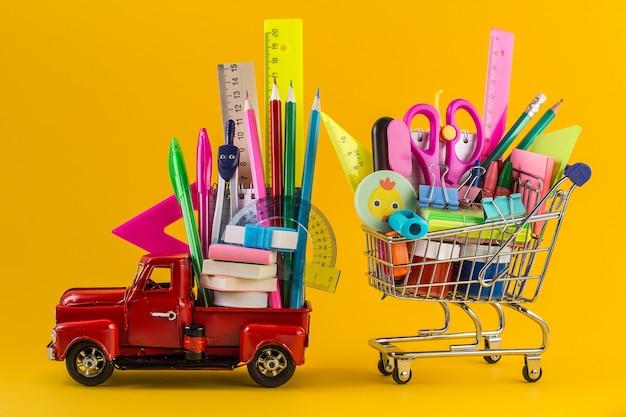 学校の文房具と車とショッピングカート
