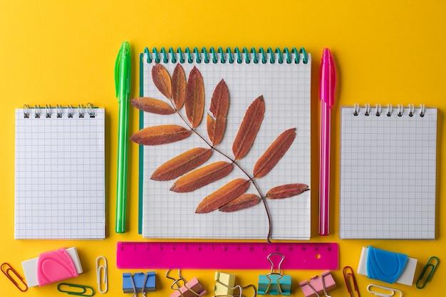 創造的なフラットは、メモ帳で学校概念に戻る