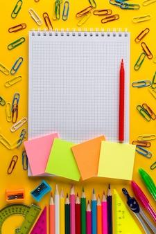コピースペースで、メモ帳で学校概念に戻って創造的なフラットレイアウト
