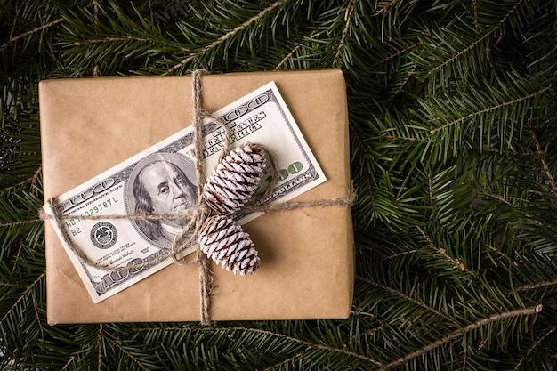 ドル紙幣のクリスマスギフトボックス。クリスマスカード