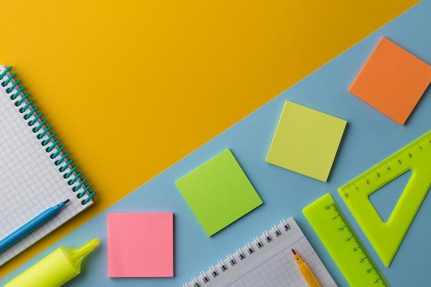 メモ帳とカラフルな学校の文房具