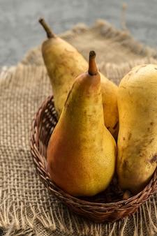 木製のテーブルに熟した甘い梨