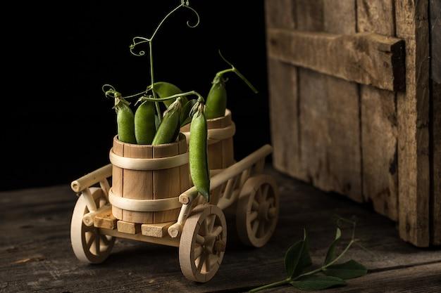 木製のボウルに新鮮なグリーンピース