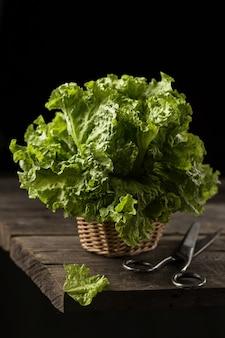 木製のテーブルに新鮮なグリーンレタスのサラダ、