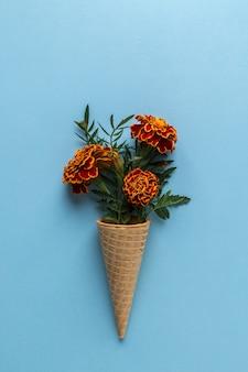 マリーゴールドの花のフラットレイアウトアイスクリームコーン