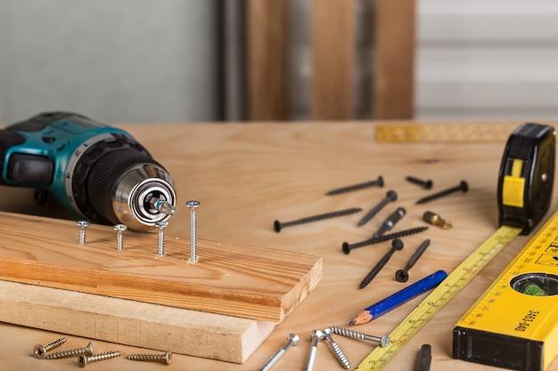 木製のテーブルの作業ツール。ツールのセット。
