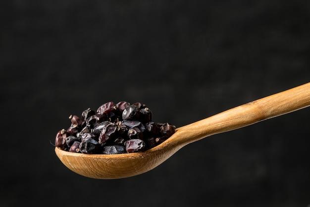 木のスプーンでメギ調味料をクローズアップ