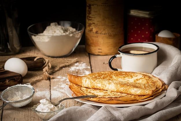クレープとテーブルで調理するための食材のスタック