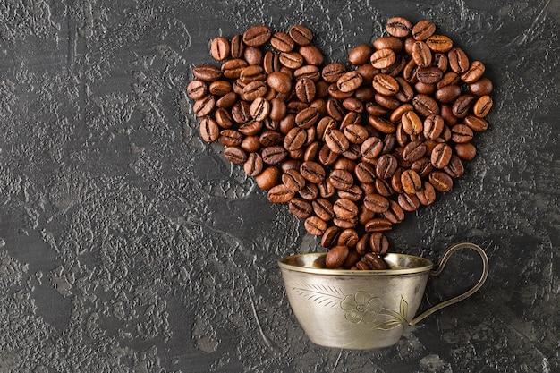Форма сердца жареных кофейных зерен на темном фоне