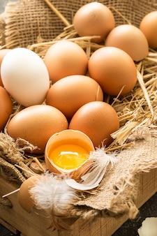 Куча свежих коричневых яиц в деревянном ящике