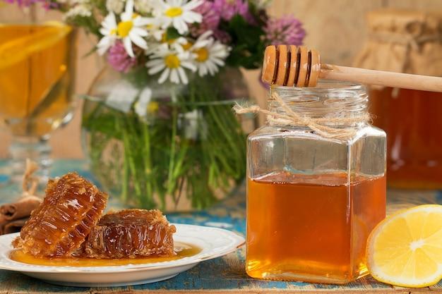 台所のテーブルの上の鍋や瓶に蜂蜜します。