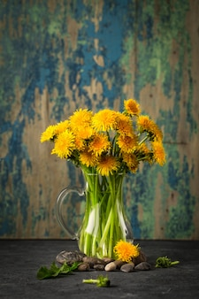 Одуванчик цветы на деревенском фоне.