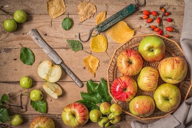 古い木製のテーブルに新鮮なリンゴと組成