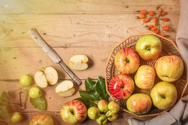 素朴なテーブルの上のリンゴ。トーン写真