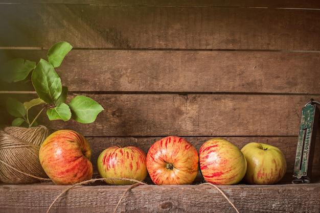 木製のテーブルに新鮮なリンゴ