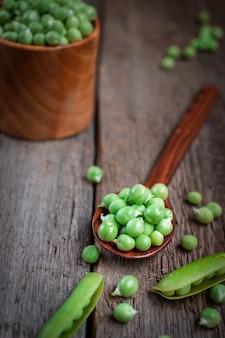 木製のテーブルに新鮮なエンドウ豆